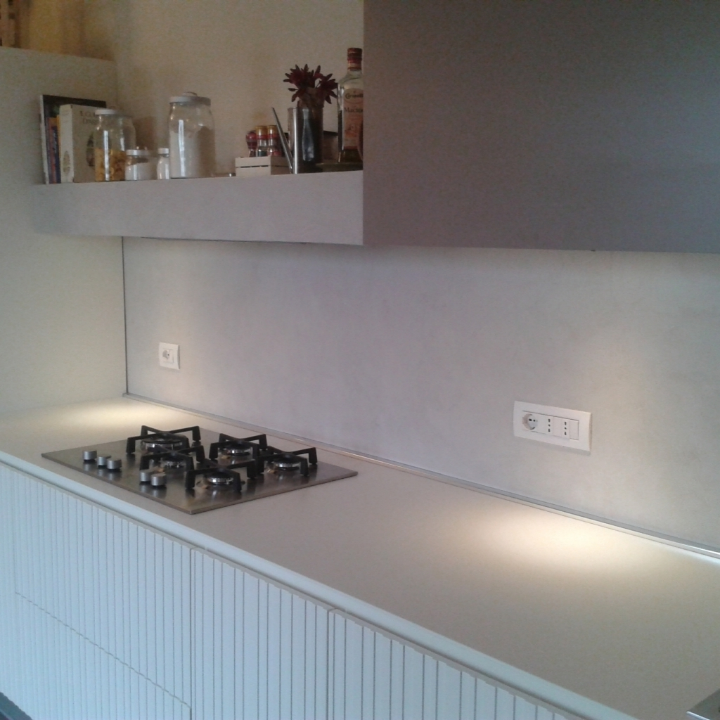 Resina con decori parete cucina - Resina parete cucina ...